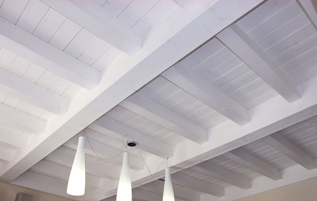 Legno Bianco Sbiancato : Trasformare le travi in legno del soffitto con l uso del bianco
